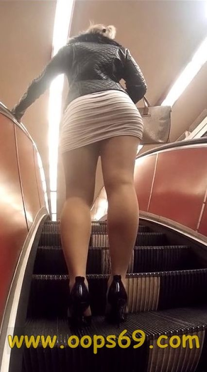 sexy_milf_going_upstairs_at_metro